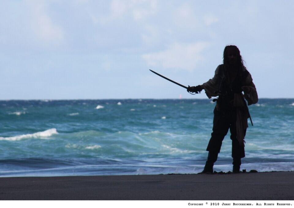 пираты карибского моря джек воробей море природа остров песок лодка вода  № 1386224  скачать