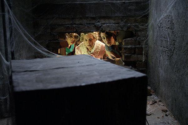 кадры и фото из фильма Таймлесс 2: Сапфировая книга