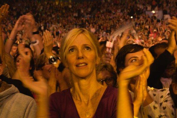 кадры и фото из фильма Она его обожает