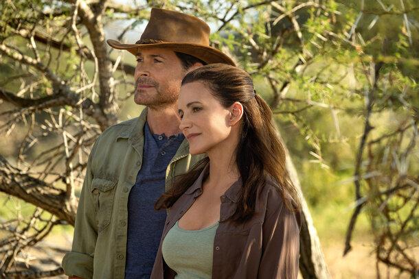 Кристин Дэвис и Роб Лоу в первом трейлере ромкома «Отпуск на природе» от Netflix
