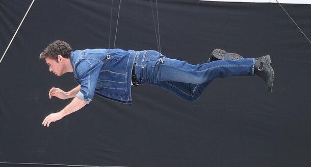 Репетиция перед «Вечными»: Ричард Мэдден «летает» на съемках рекламы Calvin Klein