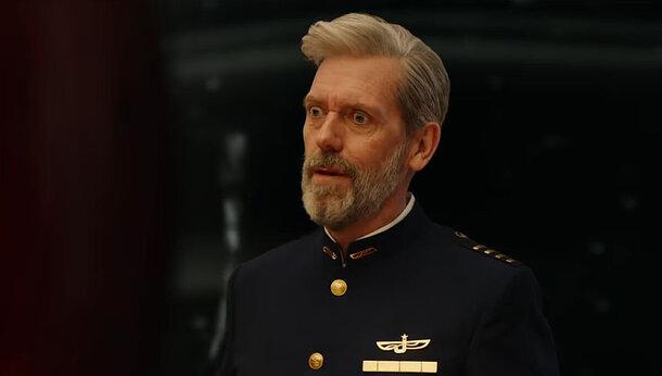 Хью Лори примеряет мундир капитана космолета в новом трейлере комедийного сериала «Авеню 5»