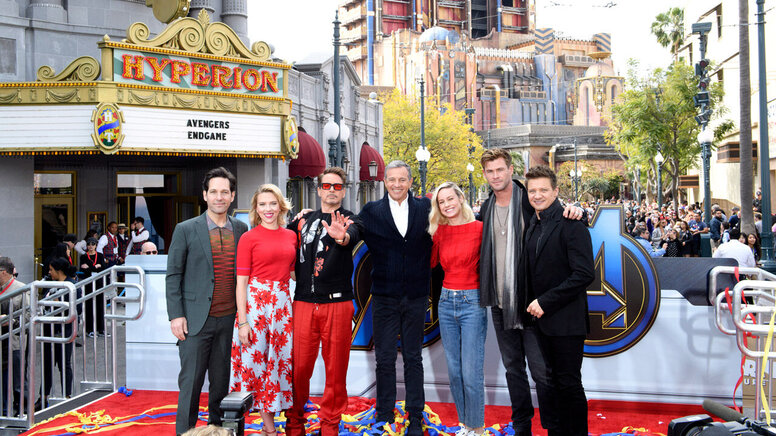 Звёзды «Мстителей» начали продвижение фильма: читают сказки итанцуют