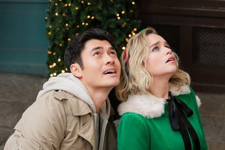 Эмилия Кларк создает атмосферу зимнего чуда в новом трейлере ромкома «Рождество на двоих»
