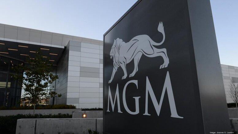 Netflix и Apple сражаются за покупку легендарной студии MGM — а также за права на «бондиану»