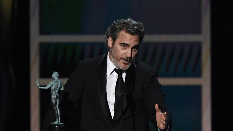 Хоакин Феникс почтил память Хита Леджера, игравшего Джокера, на вручении премии Гильдии киноактеров