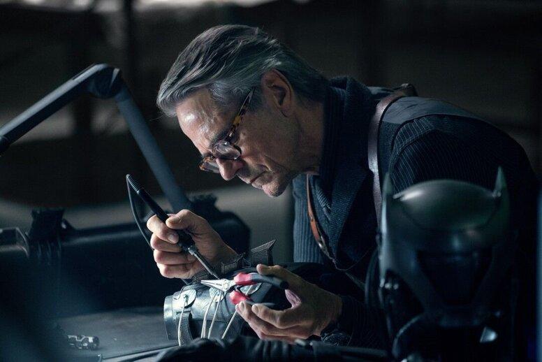 Зак Снайдер выложил новые кадры «Лиги справедливости» с дворецким Альфредом и супергероем Атомом