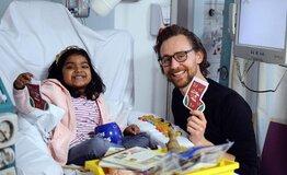 Фото: Том Хиддлстон проведал больных детей в лондонском госпитале