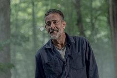 Джеффри Дин Морган притворяется Шепчущимся в трейлере второй части 10 сезона «Ходячих мертвецов»
