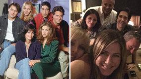 Дженнифер Энистон отметила появление аккаунта в Instagram эпичным фото воссоединения «Друзей»