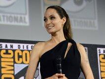 Глухонемая учительница детей Анджелины Джоли обвинила ее в краже идей для фильма Marvel